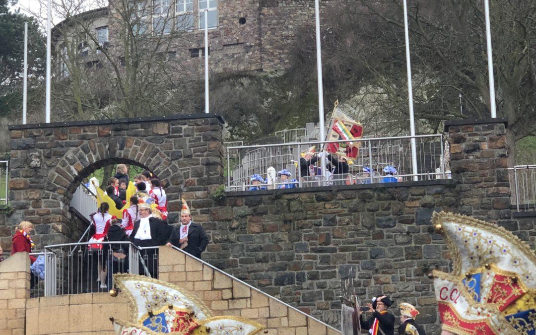 Wenn die 4-Farbbunte-Fahne von Burg Klopp herunter weht